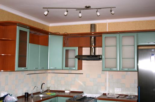 Флизелиновые обои на стенах кухни, фартук из плитки.