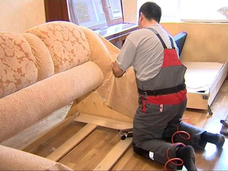 Чем обшить диван своими руками